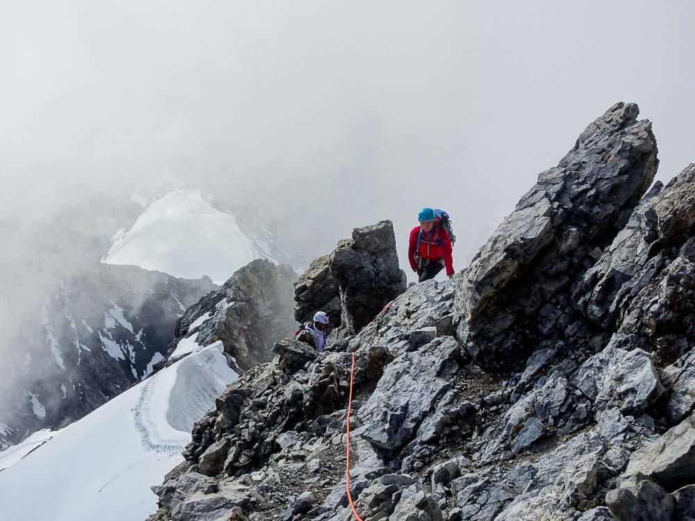Leichte Kletterei im zweiten Grad nach dem zweiten, steileren Firnfeld.