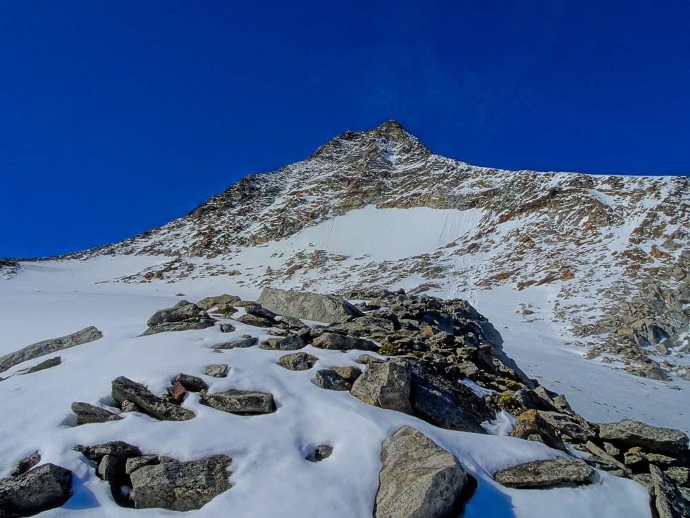 Direkt am Schneefeld, wir queren auf den Grat links.