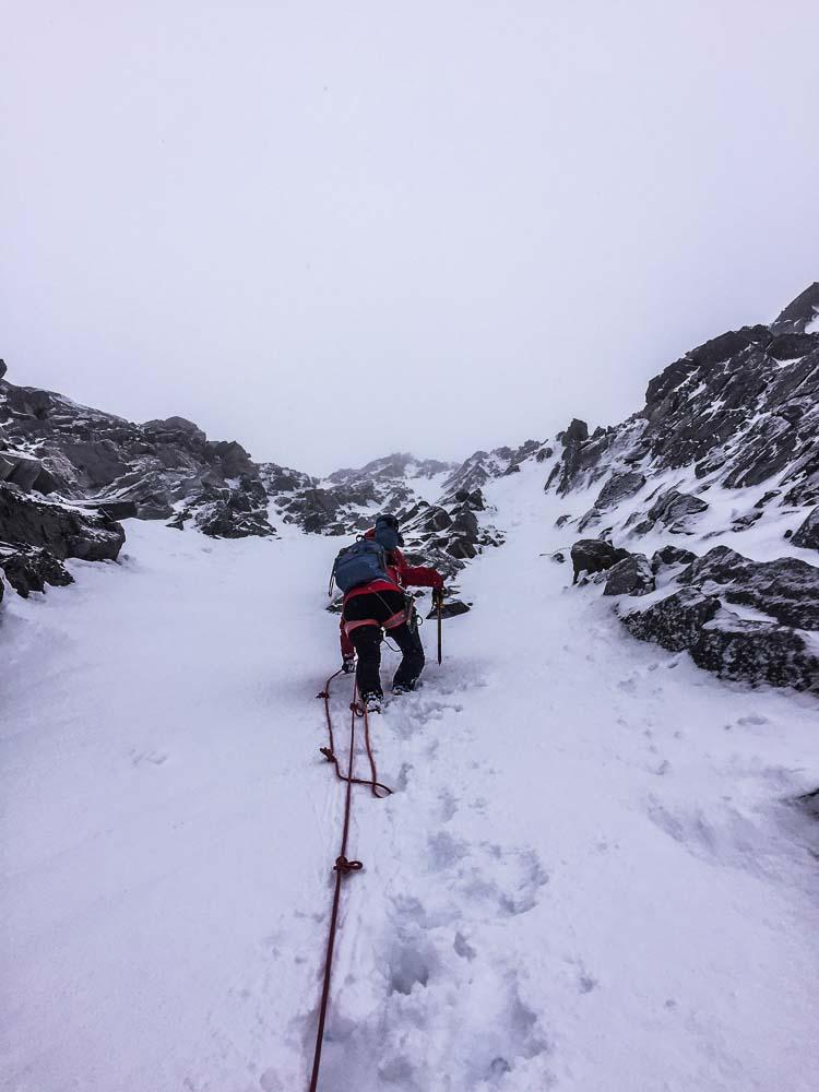 Wir gehen durch die schneegefüllte Rinne.
