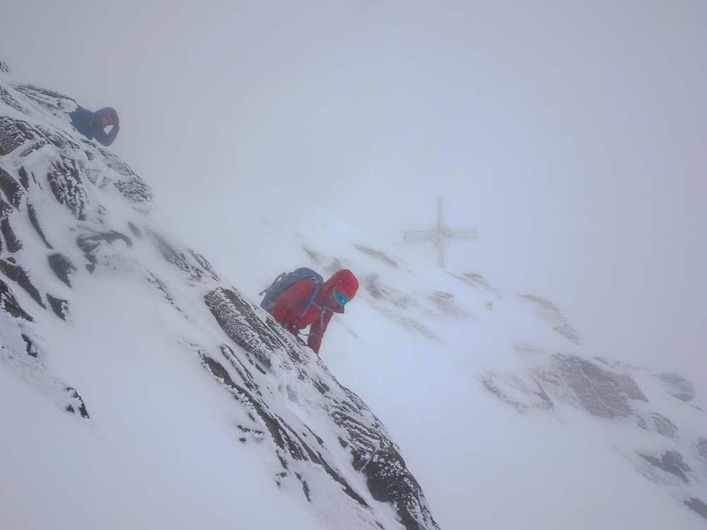 Abstieg weiterhin im Schneesturm.