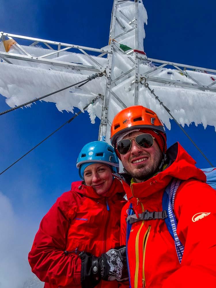 Das Gipfelkreuz ist schneeverhangen (im August).