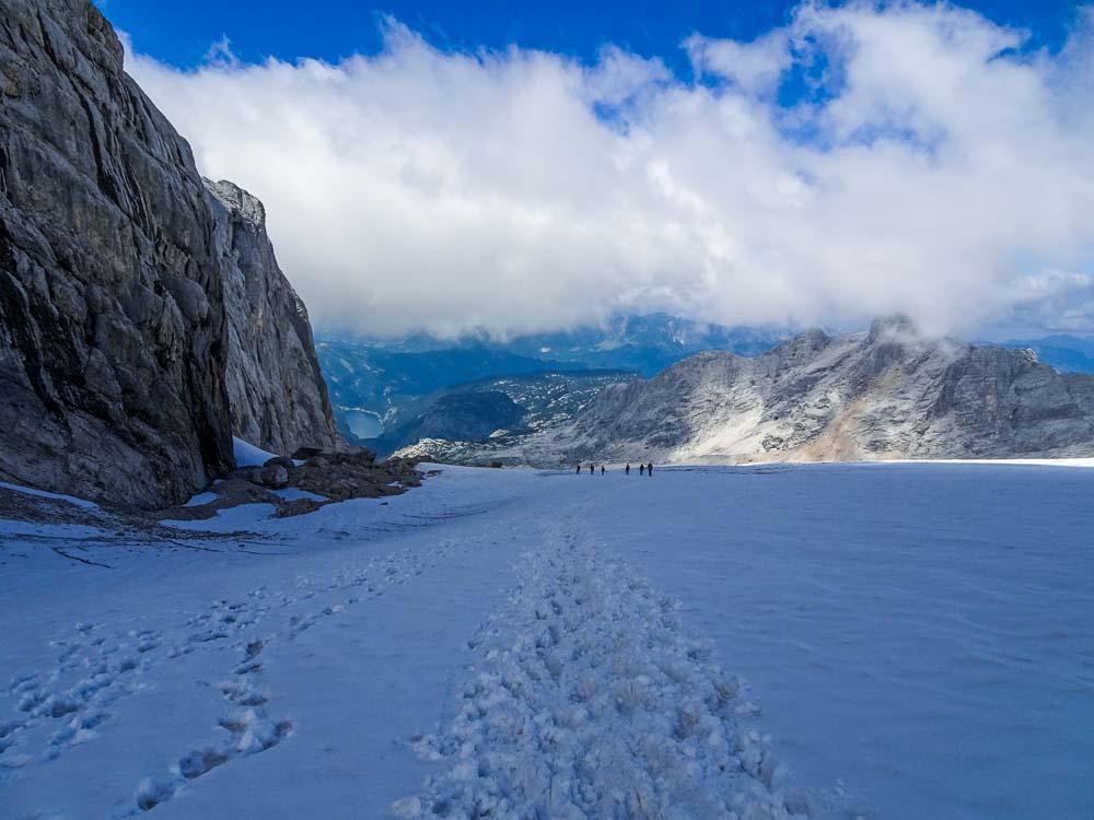 Über den Gletscher geht es zum Einstieg des Westgrats.
