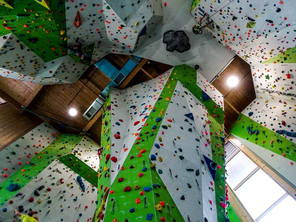 Kletterwände können schon ziemlich hoch sein (hier bis zu 16m - Kletterhalle Wörgl)