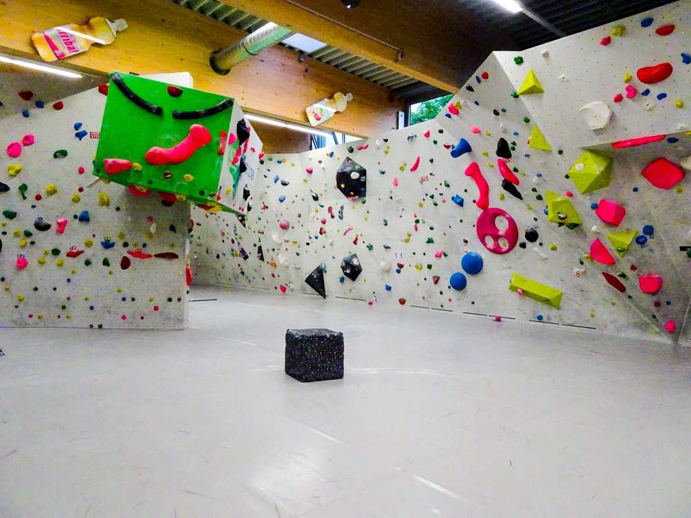 Eine schöne, bunte Boulderhalle (Koasa Boulder St. Johann / Tirol)