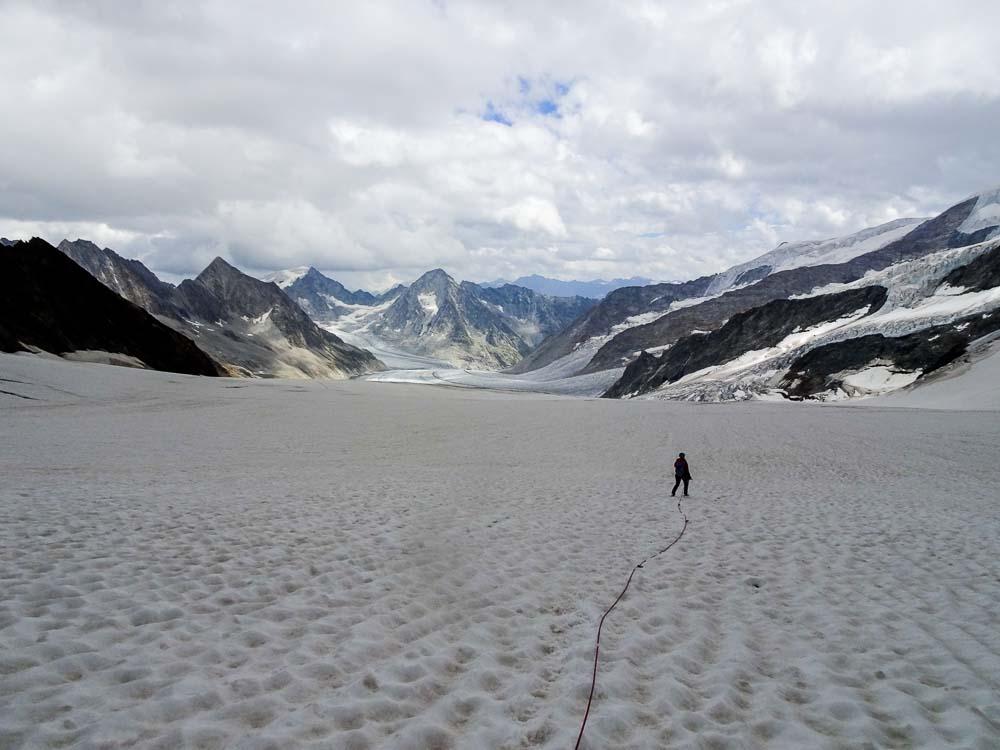 Der Gletscher weist sehr wenige Spalten auf.