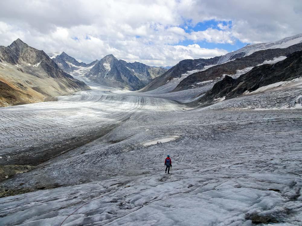 Auch dieser Gletscher weist nur wenige Spalten auf - nach links geht es zur Finsteraarhornhütte.