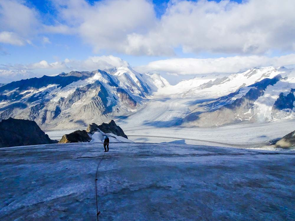 Danach geht es weiter über steiles Eis.