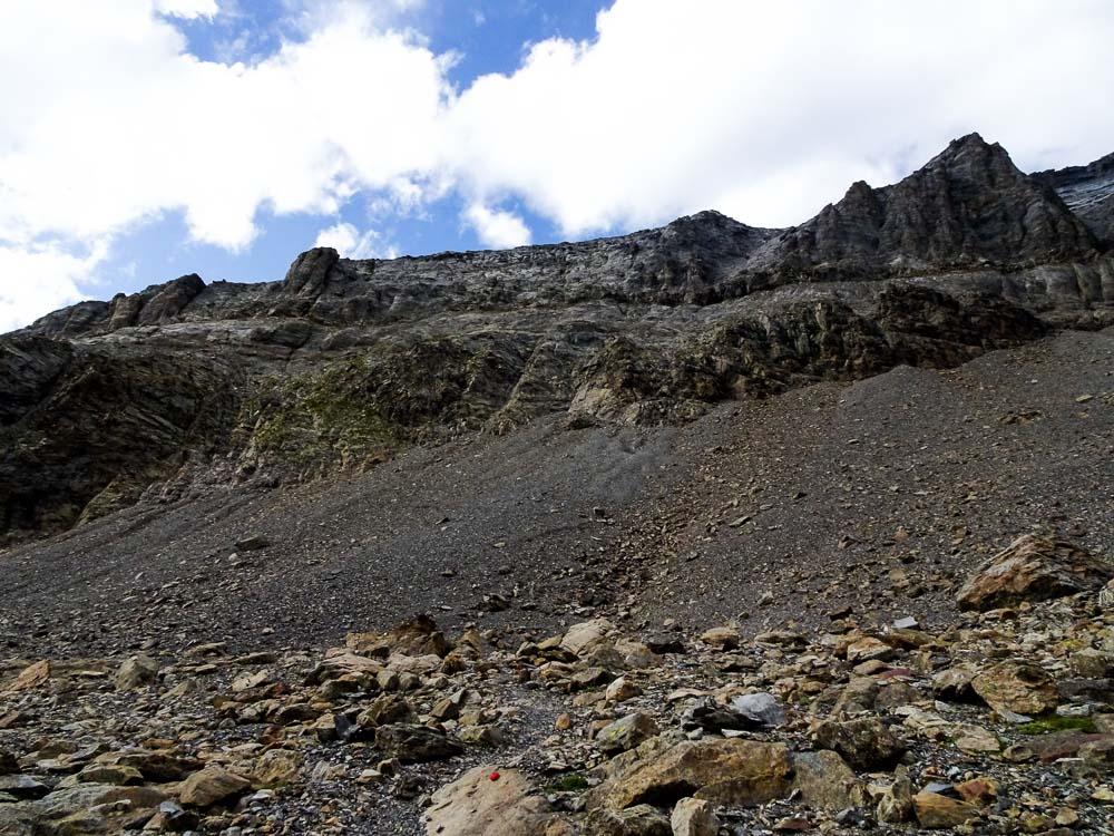 Der morgige Aufstiegsweg - vom Marienkäfer über das leicht grüne Felsband hinauf.