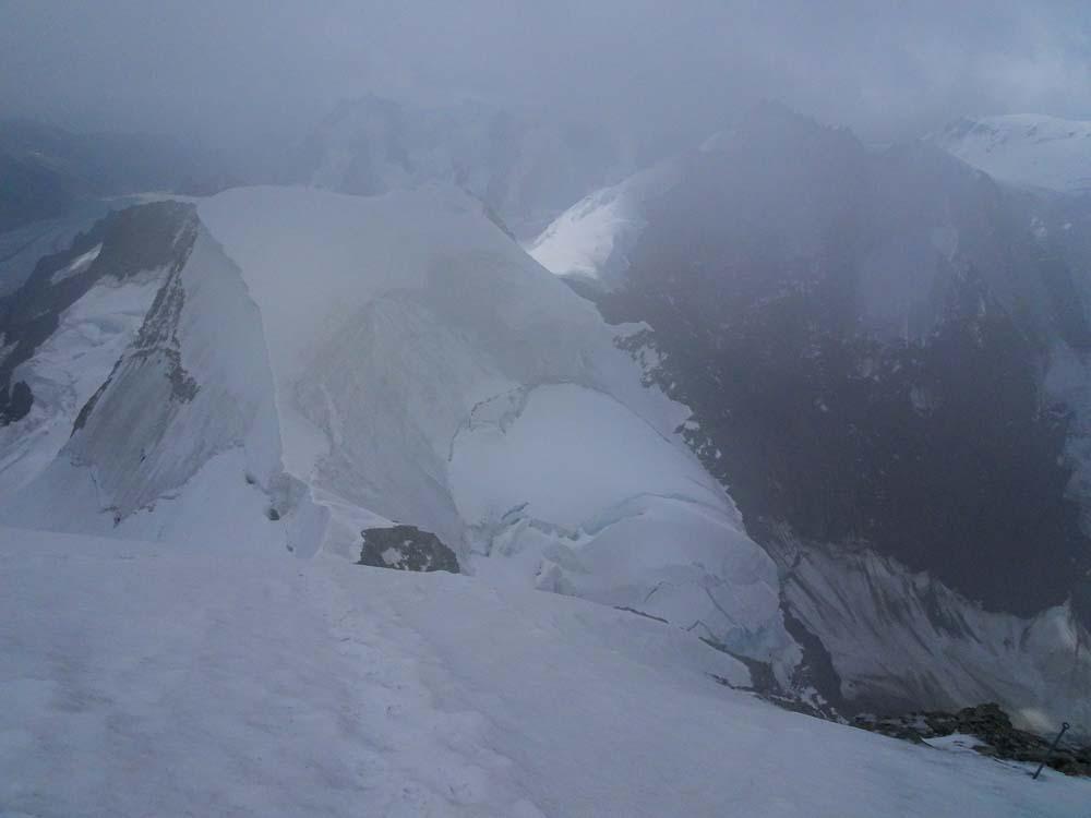 Der steile Abstiegsweg mit Sicherungsstangen.
