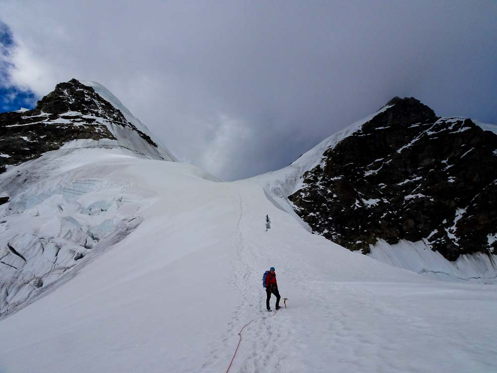 Fast schon am Felssporn unten - hinten rechts die Jungfrau, links das Rottalhorn.