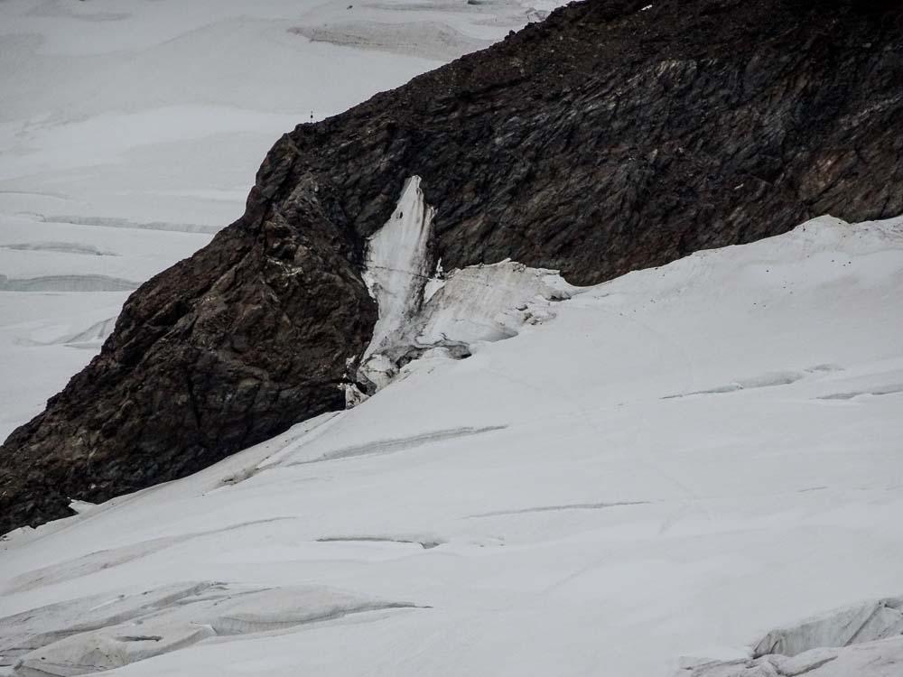 Oben links am Felsen der Regenmesser, unterhalb im Eis sieht man die Querung über die Randspalte.