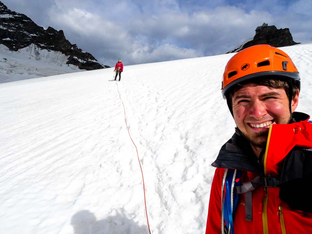 Abstieg zur Konkordiahütte (hinten das Jungfraujoch).
