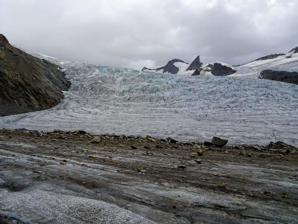 Links neben uns der Gletscherbruch des Ewigschneefälds.