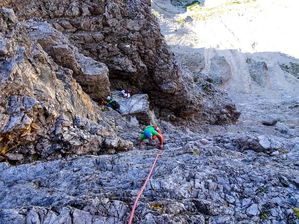 Ansicht von oben zur Scharte hinunter - am Felsblock bei der Plattform ist ein Haken zum Sichern.