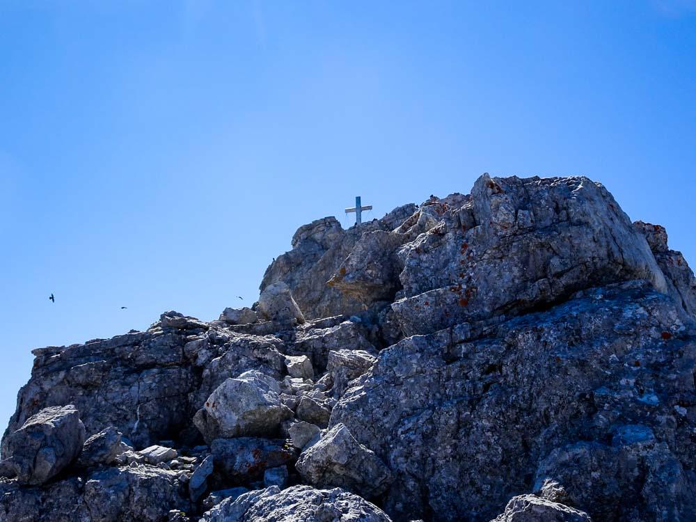 Den Grat geht es noch luftig, aber unschwierig (bis auf den Felsklotz) hinauf.