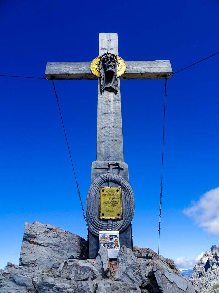Das wunderschöne Gipfelkreuz des Paternkofel.