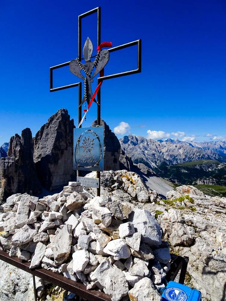 Ein weiteres Kreuz im Gipfelbereich mit den Drei Zinnen im Hintergrund.