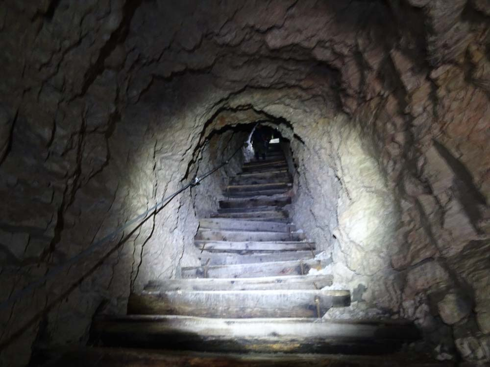 Durch den Tunnel geht es dann hinab.