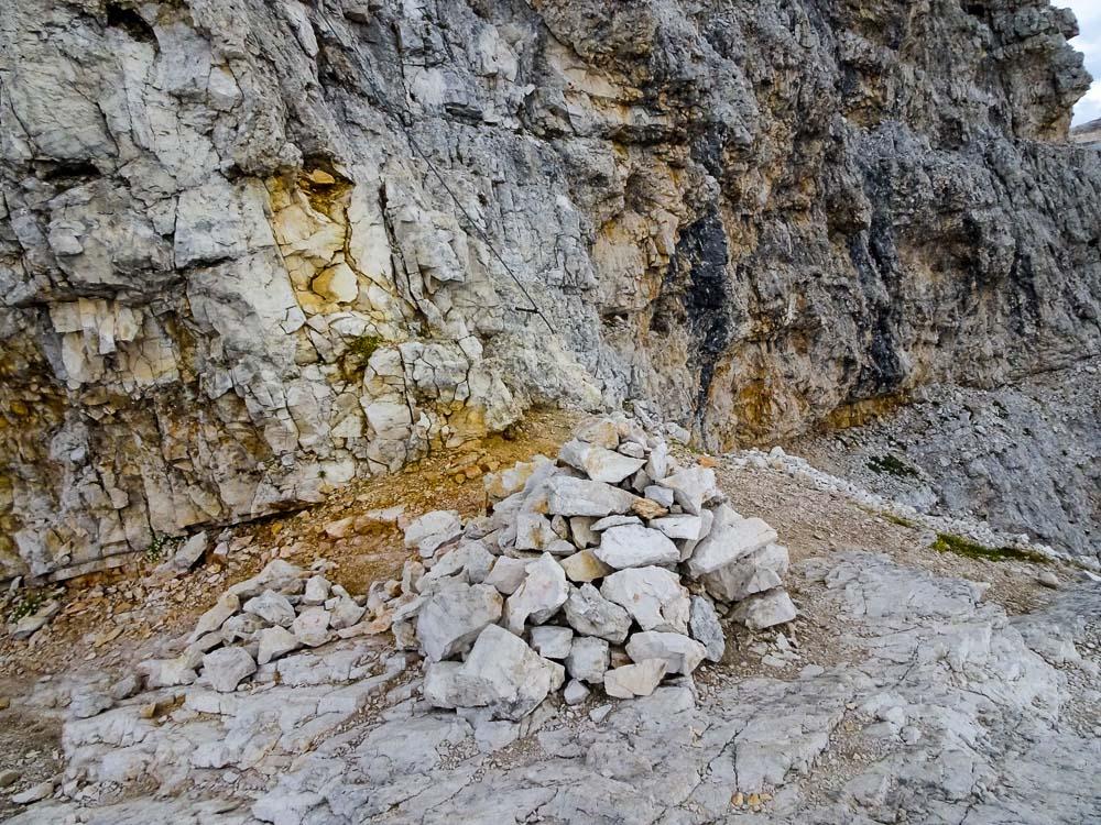 Ein großes Steinmännchen kennzeichnet den Einstieg zum zweiten Teil.