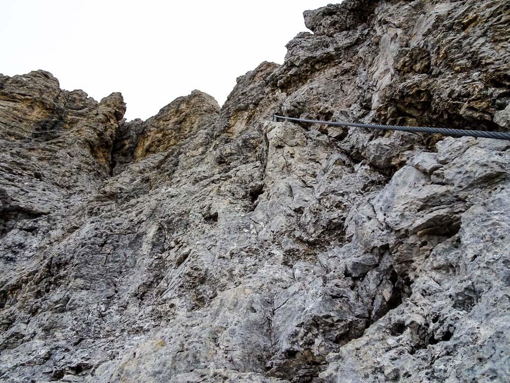 Hier geht es nun steiler hinauf, aber es sind gute Tritte und Griffe vorhanden.
