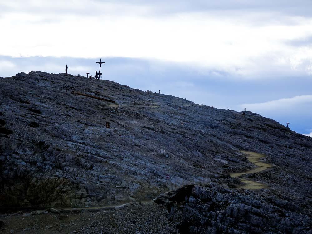 Ein Trampelpfad führt zum Kreuz.