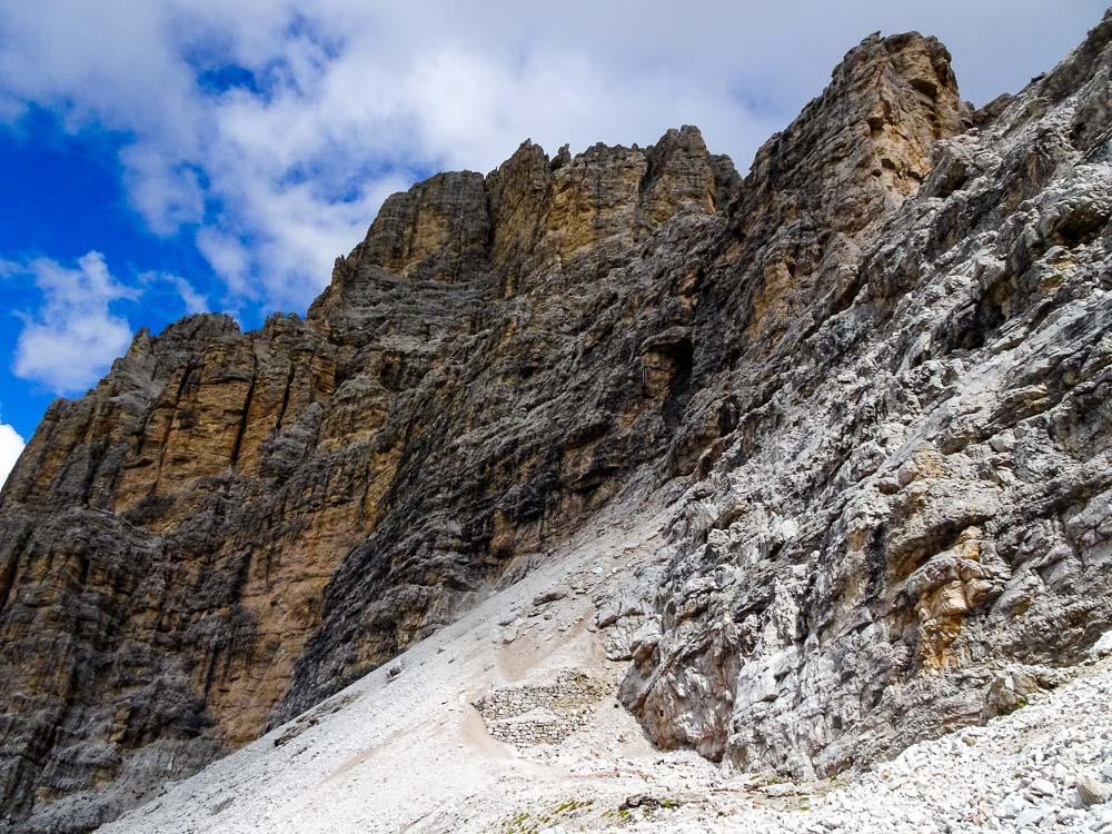Hier hinauf zum Einstieg des Tomaselli-Klettersteig.