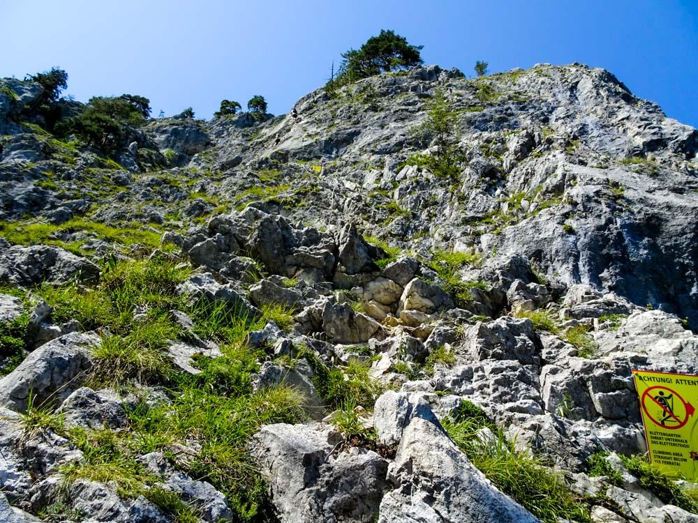 Achtung auf Steinschlag (unterhalb ist ein Klettergarten)