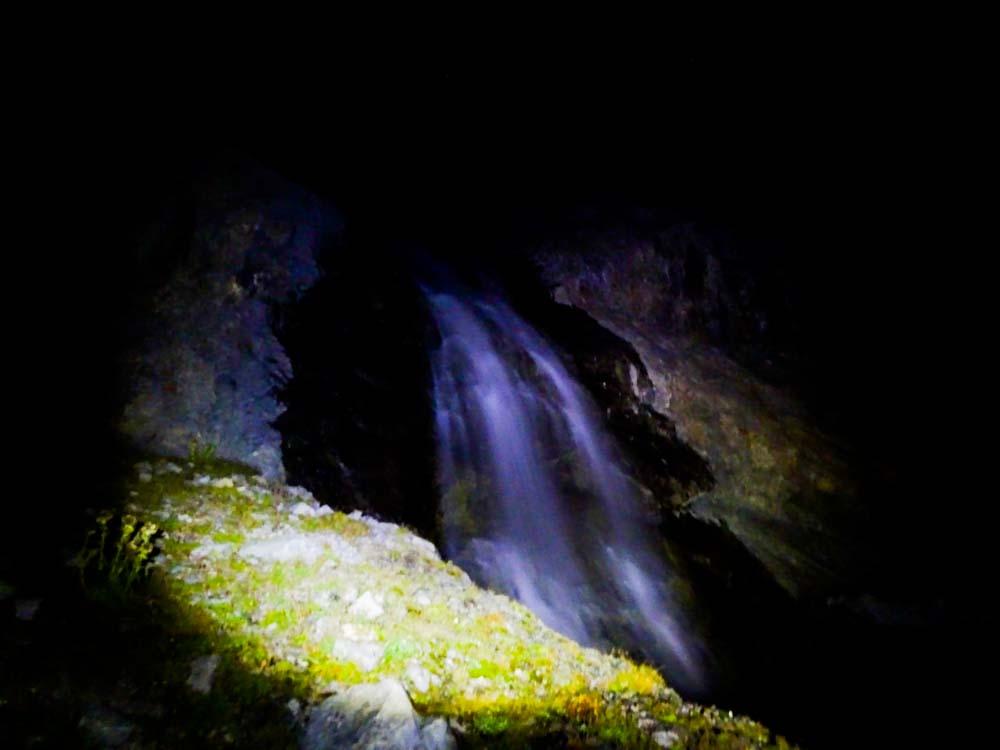 Diesen Wasserfall quert man unten
