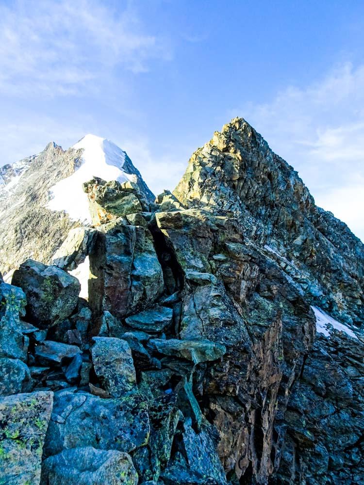 Den Grat entlang bis auf den Turm (Schneelage!)