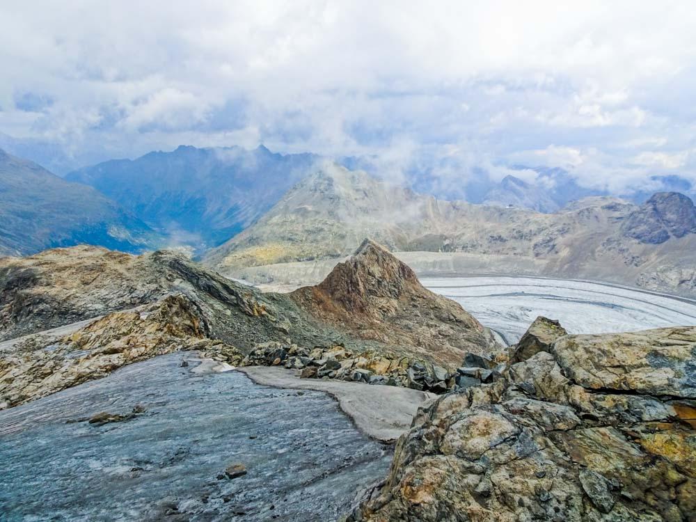 Danach geht es diesen Gletscher weiter hinab bis links vorne am Fels