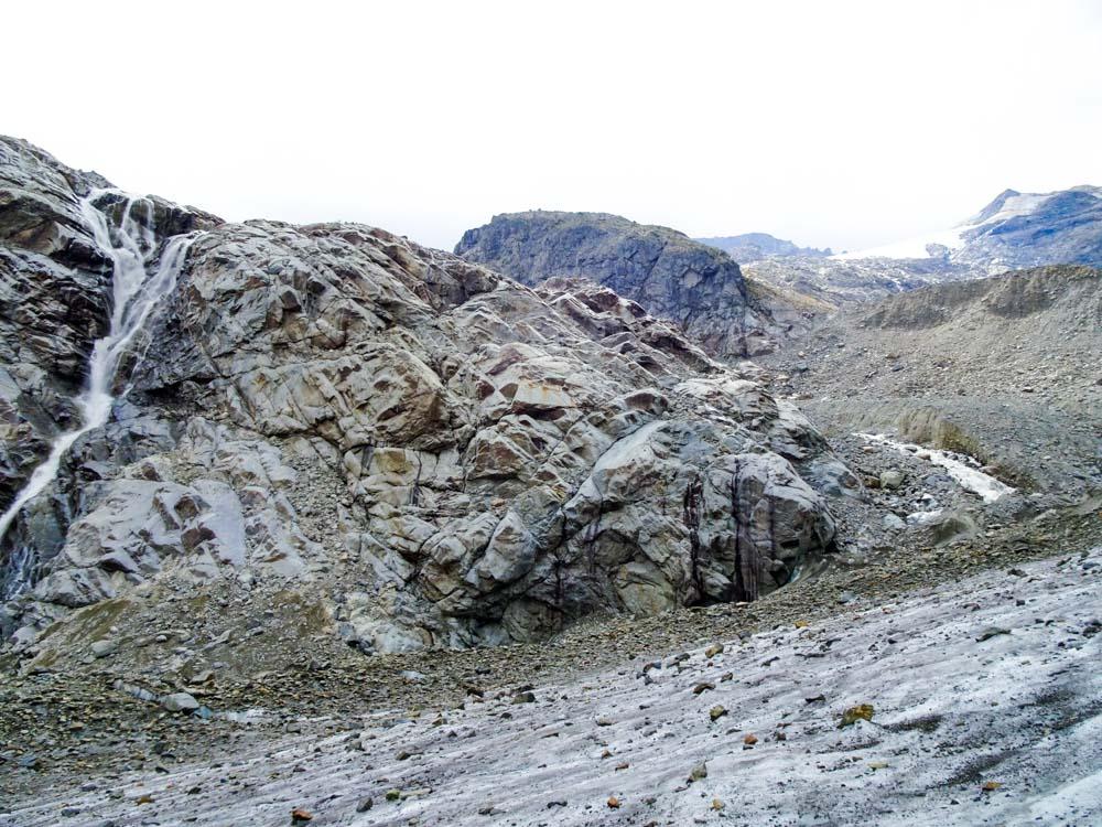 Eine steile Schotterrinne hinab und auf den Gletscher