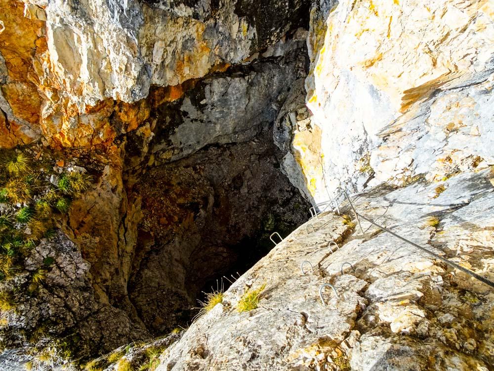 Der Abstieg verläuft sehr dubios südseitig in ein Loch um dann durch den Berg auf die Nordseite zu queren.