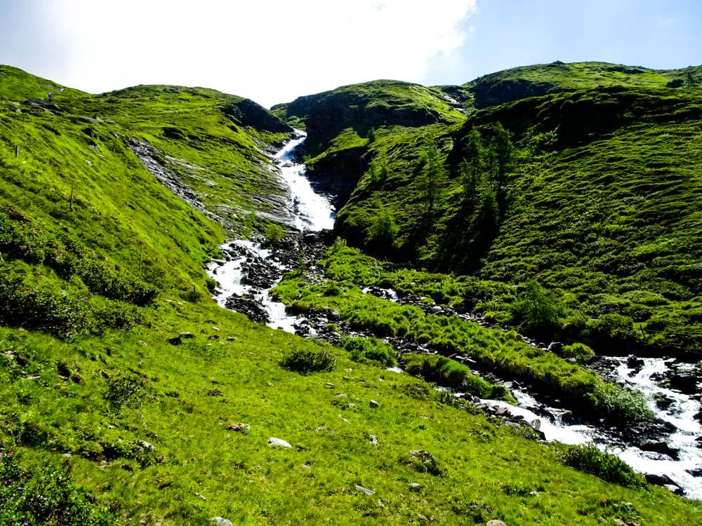Entlang einzigartiger Alswiesen geht es an den Wasserfällen nach oben - das Ziel: Deren Quelle.