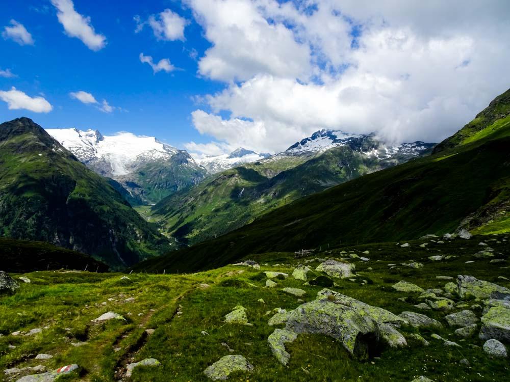 Hoch über dem Tauerntal erkennt man die unterschiedlichsten Vegetationsschichten - vom ewigen Eis über Almen blickt man bis zum bewaldete Talboden.