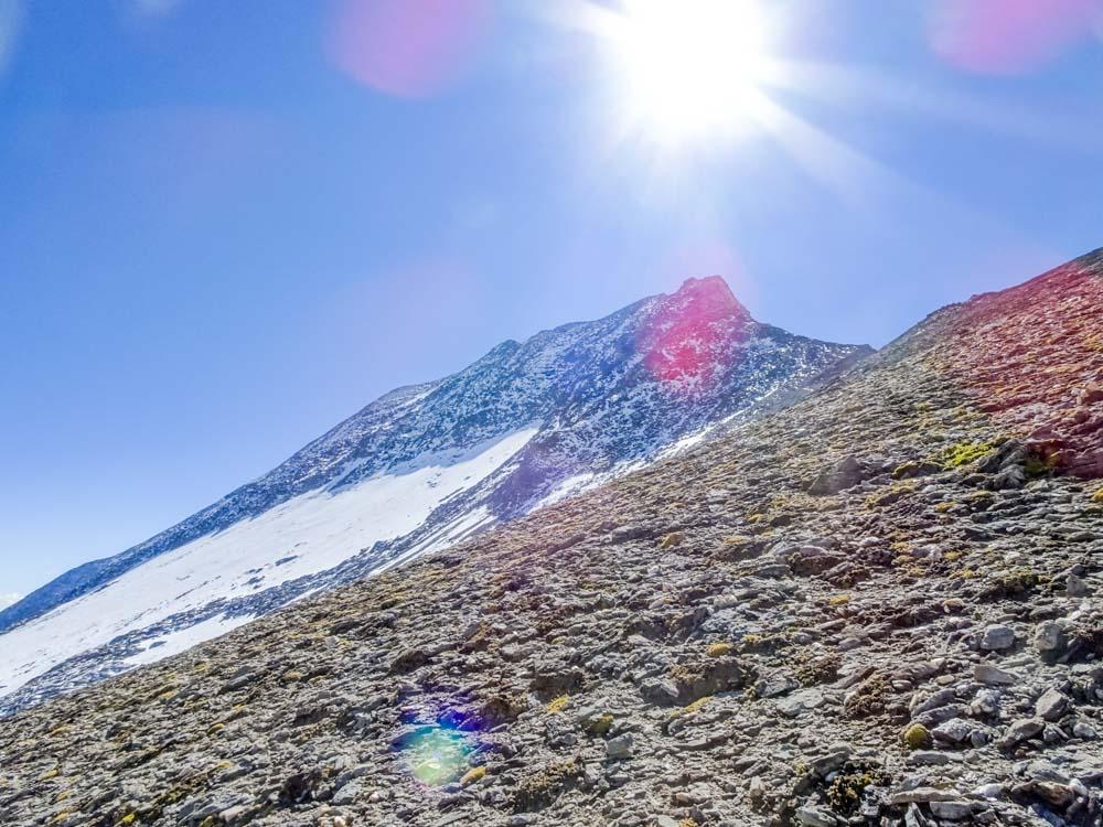 Nach dem Aufschwung auf den Grat: Fuscherkarkopf mit der ausgeaperten Nordwand