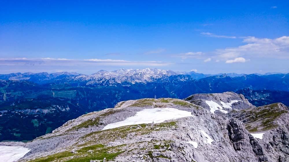 Am Gipfel mit Weitblick vom Dachstein zum Toten Gebirge.