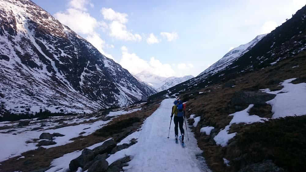 Zustieg mit Ski zur Martin-Busch Hütte gelingt gerade noch so - beim Abstieg in 2 Tagen werden wir bereits die Ski mehrere hundert Meter tragen