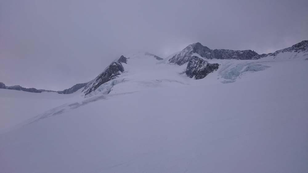 Die Abfahrt gelingt gut - Orientierung sollte man sich am Zustieg holen: Der Gletscher hat große Spaltenzonen welche es zu umfahren gilt.