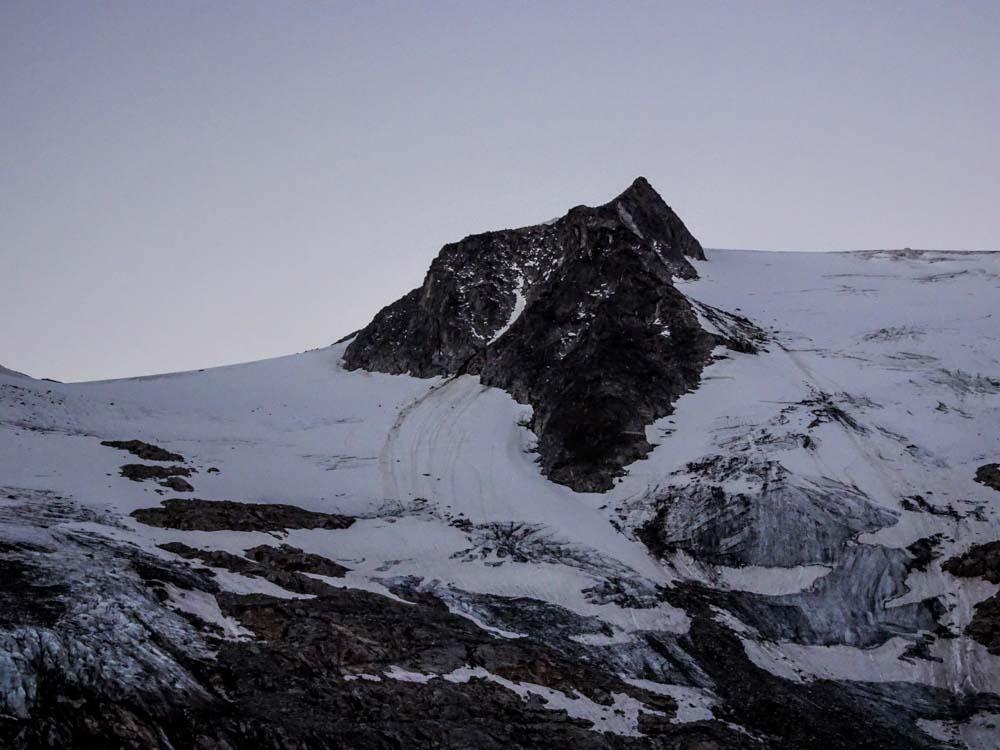 Einladender sieht der Aufstieg rechts aus (kein Steinschlag) - später sahen wir warum der Weg links führt.