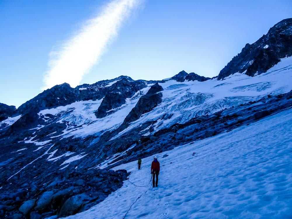 Nach den blanken Platten mit viel Schotter geht es auf den Gletscher