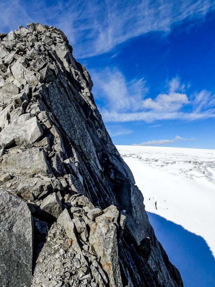 Kurz unter dem Gipfel des Felsköpfl hat man freien Blick in die Nordwestwand und den oberen Gletscherboden