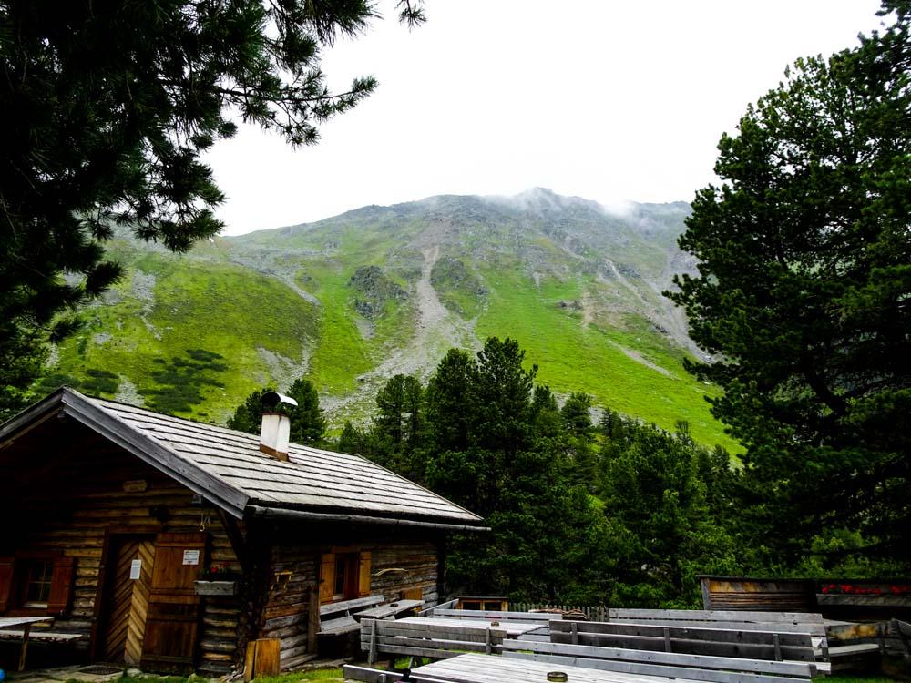 Auf der Hohenzollernhütte (im Blick der Winterraum)