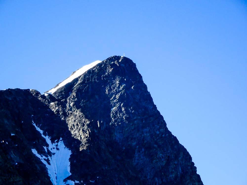 Vom Aufstiegsweg erkennt man bereits den Gipfel des Glockturms und die kurze und etwas steilere Nordostflanke welche zum Aufstieg genommen werden muss.