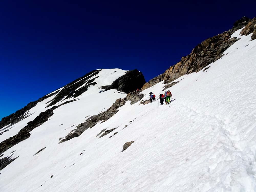 Vom Riffljoch geht es meist über steile Firnhänge querend mit leichter Kletterei zum Gipfelhang.