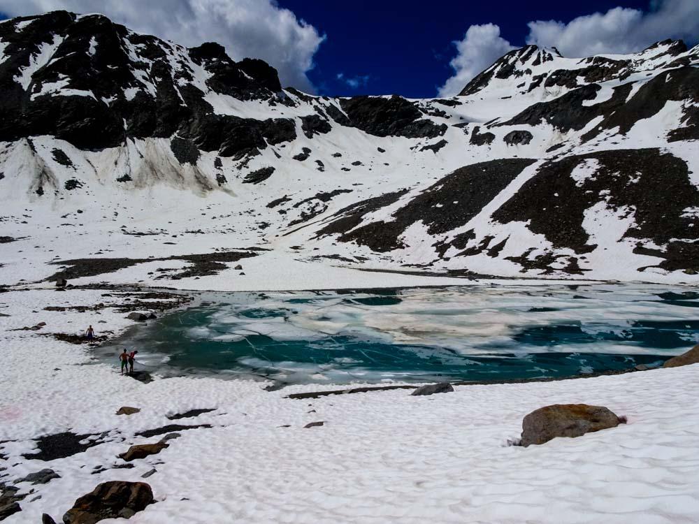 Der Abstieg ins Kaunertal führt über kleine Eisseen im Rifflkar.