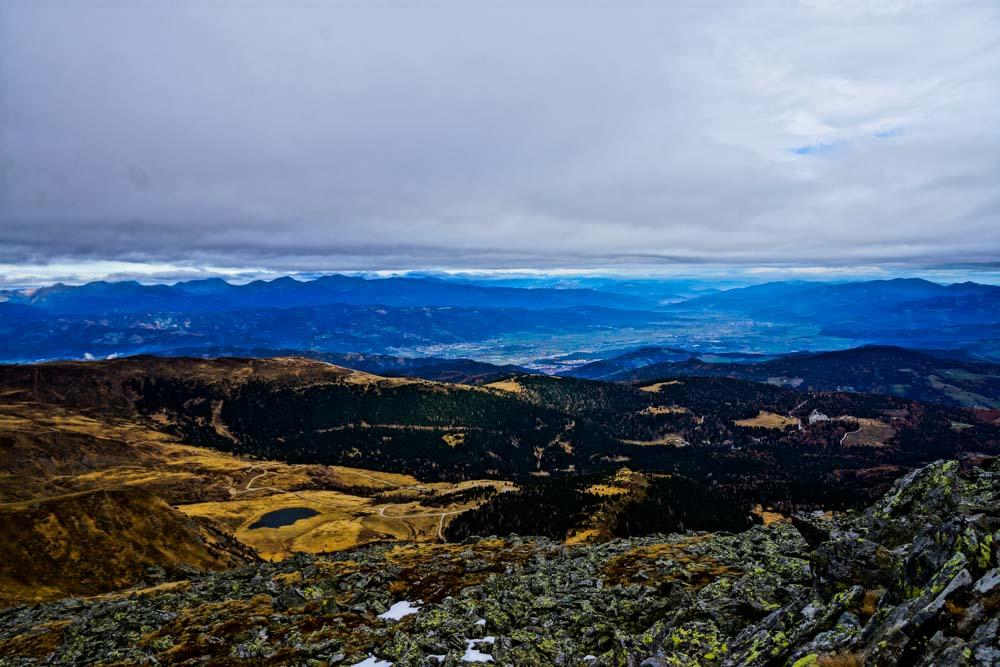 Panorama mit Herbststimmung über den Tälern um den Zirbitzkogel - die kahlen Flächen über den dichten Wäldern haben eine besondere Wirkung