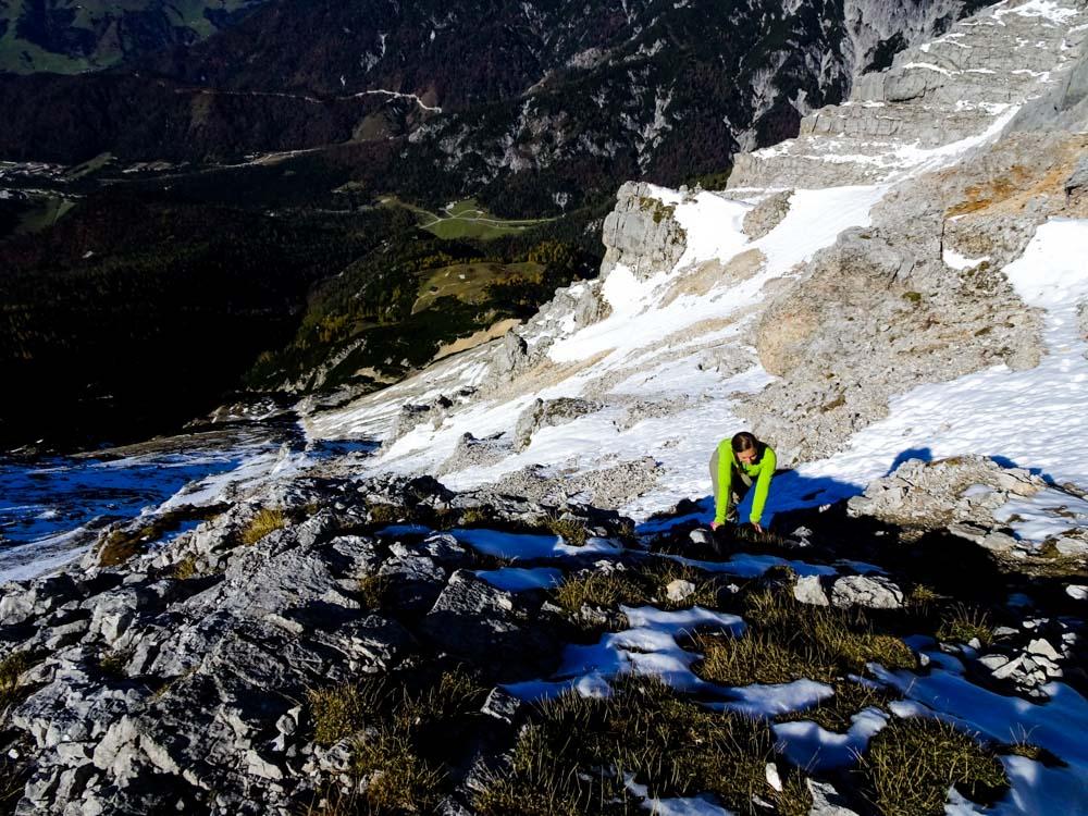 Wir versuchen auf den schneefreien Felsen zu klettern - der Schnee ist trügerisch