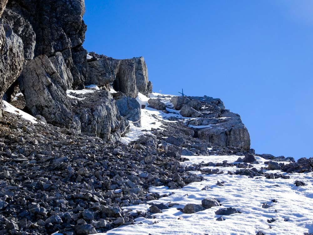 Die letzte Rampe zum Gipfel ist schneefrei und mit Seil