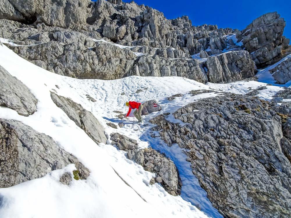 Abstieg über die Schneerampen im Gipfelbereich
