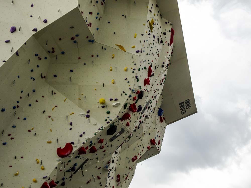Starker Überhang - kleine Griffe oder Aufleger: Hier klettert die Weltelite